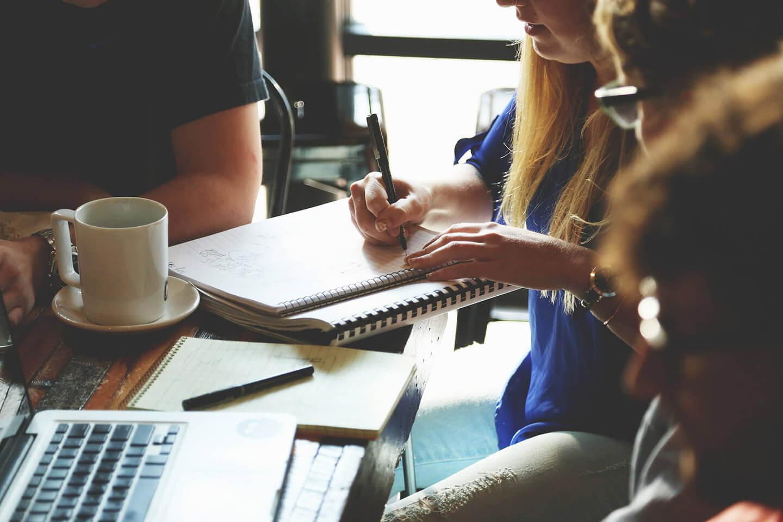Gruppo di studio o lavoro intorno ad un tavolo