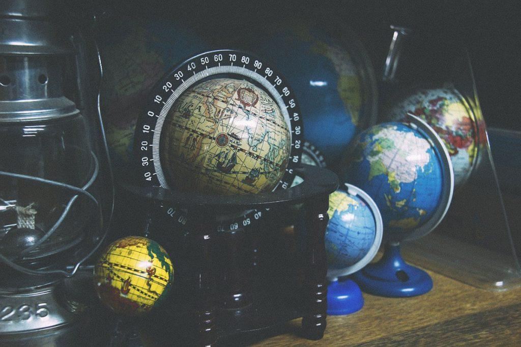 Mappamondi su un tavolo