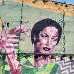 Graffito su un muro rappresentante una donna