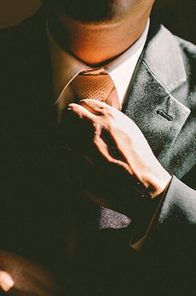 Uomo d'affari che si sistema la cravatta